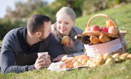 Adultos jovenes con las manzanas Foto de archivo