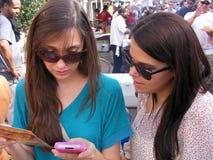 Adultos jovenes de la gente-Dos usando un teléfono celular GPS Fotos de archivo libres de regalías