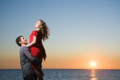 Adultos jovenes en amor Fotografía de archivo libre de regalías