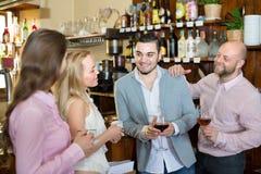 Adultos jovenes en barra Foto de archivo