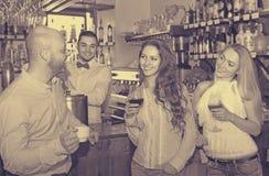 Adultos jovenes en barra Imagen de archivo libre de regalías