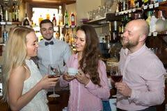 Adultos jovenes en barra Foto de archivo libre de regalías