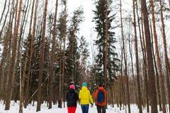 Adultos jovenes en bosque del invierno Imagenes de archivo
