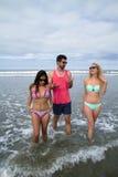 Adultos jovenes en la playa Imagen de archivo