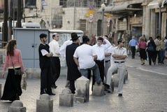 Adultos jovenes en la puerta de Jaffa, Jerusalén Imagen de archivo libre de regalías