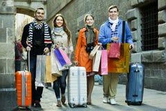 Adultos jovenes en viaje de las compras Imagen de archivo