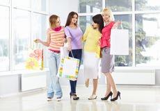Adultos jovenes felices con los bolsos de compras Fotografía de archivo libre de regalías