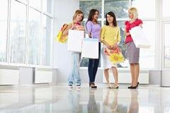 Adultos jovenes felices con los bolsos de compras Imagen de archivo