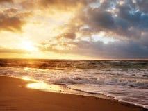 Adultos jovenes Playa con las piedras y los rastros del agua Reflexión de Sun en el mar liso Fotografía de archivo