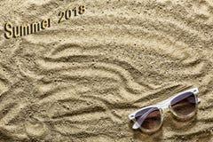 Adultos jovenes Playa de Sandy y gafas de sol Verano 2018 de la inscripción Fotografía de archivo