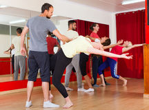 Adultos jovenes que bailan en un estudio Fotografía de archivo libre de regalías