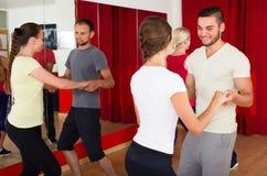 Adultos jovenes que bailan en un estudio Imagenes de archivo