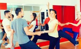 Adultos jovenes que bailan en un estudio Foto de archivo libre de regalías
