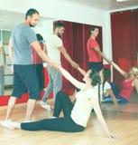 Adultos jovenes que bailan en un estudio Fotos de archivo