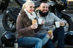 Adultos jovenes que beben el café Foto de archivo