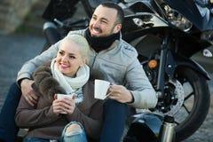 Adultos jovenes que beben el café Imagen de archivo