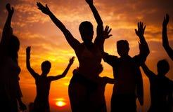Adultos jovenes que disfrutan de un partido tropical de la playa Imagen de archivo