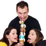 Adultos jovenes que gozan de una torre del helado Foto de archivo libre de regalías