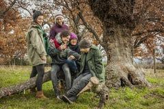 Adultos jovenes que hablan en el parque Otoño Fotos de archivo