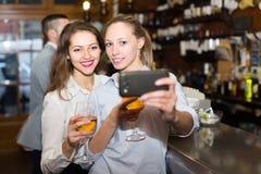 Adultos jovenes que hacen el selfie Fotografía de archivo