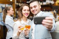 Adultos jovenes que hacen el selfie Imagen de archivo libre de regalías