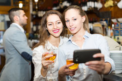 Adultos jovenes que hacen el selfie Fotos de archivo libres de regalías