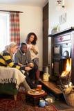 Adultos jovenes que hacen la tostada en el fuego abierto Fotos de archivo libres de regalías