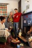 Adultos jovenes que hacen la tostada en el fuego abierto Fotos de archivo