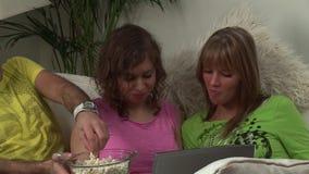 Adultos jovenes que hojean Internet almacen de video