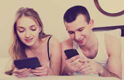 Adultos jovenes que leen noticias de e-lectores Foto de archivo