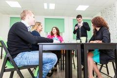 Adultos jovenes que pasan tiempo en los juegos de tabla emocionantes Imagen de archivo