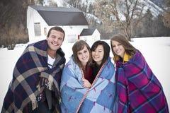 Adultos jovenes que se divierten en invierno Imagen de archivo libre de regalías