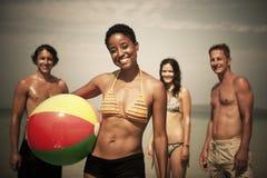 Adultos jovenes que se gozan en una playa tropical Fotografía de archivo