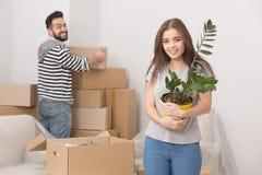 Adultos jovenes que se mueven en nuevo hogar Imagen de archivo