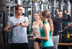 Adultos jovenes que se resuelven en club de fitness Fotos de archivo libres de regalías