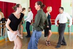 Adultos jovenes que tienen clase de danza Fotografía de archivo