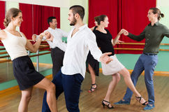 Adultos jovenes que tienen clase de danza Imagenes de archivo
