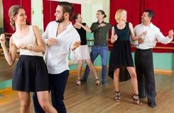 Adultos jovenes que tienen clase de danza Foto de archivo
