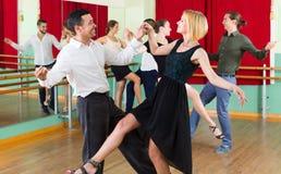 Adultos jovenes que tienen clase de danza Fotos de archivo libres de regalías