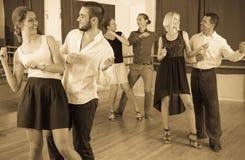 Adultos jovenes que tienen clase de danza Fotos de archivo