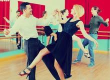 Adultos jovenes que tienen clase de danza Foto de archivo libre de regalías