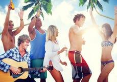Adultos jovenes que tienen un partido por la playa Imágenes de archivo libres de regalías