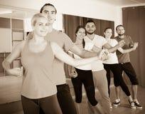 Adultos jovenes sonrientes que bailan la salsa Foto de archivo