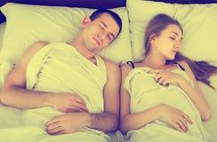 Adultos junto que duermen en cama Imagenes de archivo