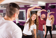 Adultos limbering para arriba en gimnasio Fotografía de archivo