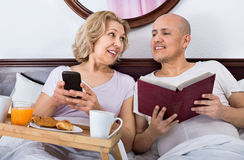 Adultos maduros felices que presentan con el desayuno Imagen de archivo libre de regalías