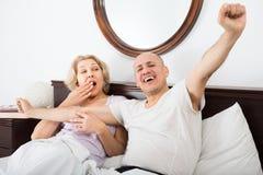 Adultos maduros que mienten en cama de la familia Imagenes de archivo