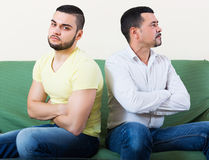 Adultos masculinos que discutem sobre algo Imagem de Stock Royalty Free