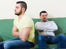 Adultos masculinos que discuten sobre algo Imágenes de archivo libres de regalías