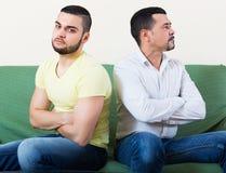 Adultos masculinos que discuten sobre algo Imagen de archivo libre de regalías